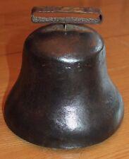 grosse cloche de vache en acier  art populaire alpage