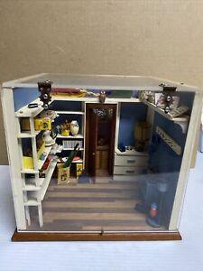 VINTAGE MINIATURE DOLLHOUSE DIORAMA DISPLAY BOX w/ EXTRAS, STORE ROOM, MUDROOM