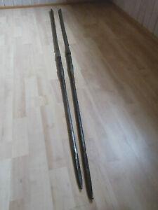 2 afrikanischer Eisen-Speere, mittig Holzstück Massai Tansania