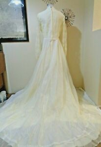 70s JC PENNEY IVORY ORGANZA WITH LACE TRIM AND LONG TRAIN WEDDING DRESS SZ M/L