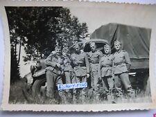 Foto mit Soldaten vor LKW Opel Blitz Planwagen. (D)