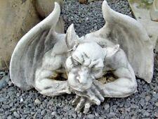gargouille en pierre patinée, monstre ailées  , tête droite , très jolie !