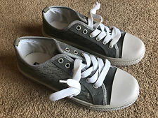 Mens Sneaker Shoe Gray and White Canvas Boys Laces Up Sneaker Size 40 US 7 Fast