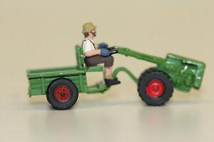 seltene H0 Bauer auf kleiner Zugmaschine Traktor   Hersteller unbekannt