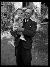 Homme + enfant bras - Ancien négatif photo an. 1930