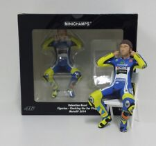 MINICHAMPS VALENTINO ROSSI 1/12 FIGURA YAMAHA MOTOGP 2014 CHECKING THE EAR PLUGS