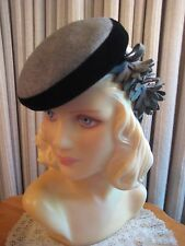 CHIC 40'S GRAY FELT TILT HAT EDGED IN BLACK VELVET W/FELT FLOWERS ON BACK STRAP