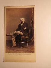 Bruxelles - sitzender Mann im Anzug - Kulisse ca. 1860er Jahre / CDV