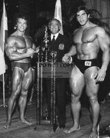 ARNOLD SCHWARZENEGGER, BEN WEIDER AND LOU FERRIGNO IN 1973 - 8X10 PHOTO (BB-881)