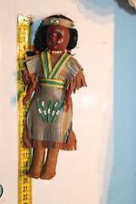 alte Indianer Puppe mit schöner Lederkleidung Perlenketten 19 cm H