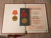 Konvolut DDR Medaille Abzeichen Ehrenzeichen Orden mit Urkunde und Etui