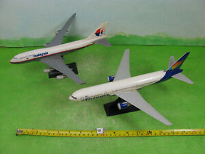 model aircraft airliners x2 1/200? airtours & malaysia n10