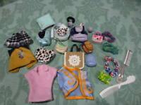grand lot  16 piéces  vétements et sacs pour barbie ,poupée mannequin