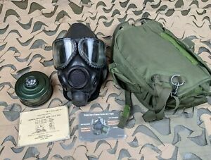 US Military Issue M40 Gas Mask Size Medium w/Carrier Bag & Accessories