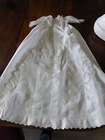 long Manteau ou cape de baptême en piqué de coton à volants brodés linge ancien