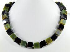 Bezaubernde Edelsteinkette aus Onyx und Nephrit-Jade in Würfelform