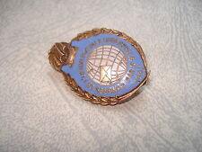 Insigne émaillé Congrés de L'UNION POSTALE Universelle PARIS 1947