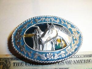 1985 VTG. SISKIYOU BELT BUCKLE HORSE & SADDLE BLUE BACK GROUND EXCELLENT COND.