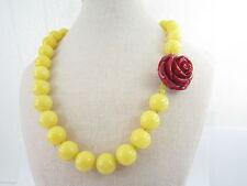 particolare collana in agata gialla cabochon di 14 mm con laterale rosa rossa
