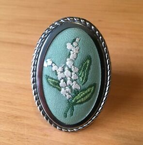 VINTAGE OVAL SHAPED FLORAL HAND EMBROIDERED/SILVER TONE METAL PIN BROOCH-H 6.6cm