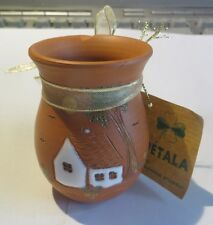 Petit pot en terre cuite orné d'une maisonnette en céramique  – « Pétala de : Su