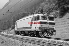 PHOTO  ITALY - FS LOCO E633 238 RUNNING LIGHT  NEAR COLERA ISACERA  AUG 87