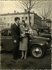 PHOTO ANCIENNE - VINTAGE SNAPSHOT - VOITURE COUPLE MARIAGE MODE DRÔLE - CAR LOVE
