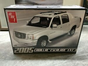 AMT 1/25 scale 2005 Cadillac Escalade EXT model car kit