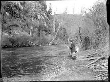 Homme en train de pêcher rivière - ancien négatif verre photo - an. 1910 1920