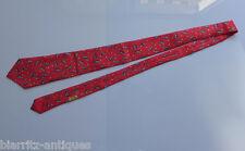 HERMES Cravate en soie à fond rouge lunes rieuses et étoiles