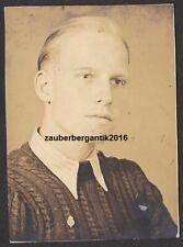 7166 Portrait Foto Junger Mann mit Anstecknadel Orden Abzeichen WK2 WW2
