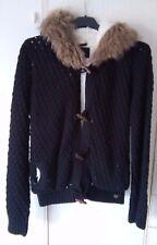 Caldo giubbotto nero donna, in maglia foderata, cappuccio con pelo, alamari, tgM
