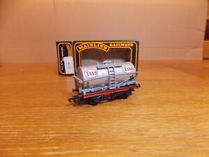 MAINLINE 37-153 TANKER WAGON No 3066 in ESSO Livery. OO Gauge.