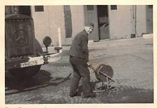 Soldat mit Kabeltrommel am Mercedes LKW