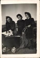 snapshot photo bébé de 3 mois dans un landau poussette trois femmes 1944