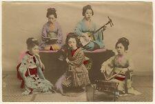 PHOTO JAPON 1880 - GEISHAS, MUSICIENNES TIRAGE ALBUMINE REHAUSSE COULEUR