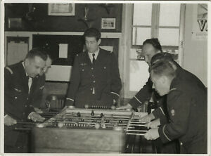 PHOTO ANCIENNE - VINTAGE SNAPSHOT - MILITAIRE BABY FOOT JEU - MILITARY PLAYING