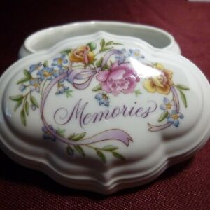 """MEMORIES by AVON """"Try to Remember"""" MUSIC / TRINKET /JEWELRY BOX 1983"""