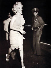 MARILYN MONROE PIN-UP POSTER INCREDIBLE SMILE RUNNING IN STRIDE CANDID PHOTO!