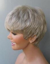Pfiffiger Lady Look - Damenhafte Perücke in hellem Grau