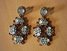 Lange bronskleurige oorbellen met anijsgroene en opale steentjes  NIEUW