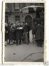 Groupe dans la rue lisant feuille- photo ancienne snapshot an.1930