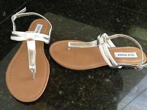 NEW STEVE MADDEN WOMEN'S 7 REISE SILVER AND WHITE THONG CUTE MSRP $49.99
