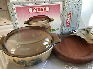 Pyrex Corning Vintage Rare Country Style Casserole Lid Mahogany Stand Boxed NEW