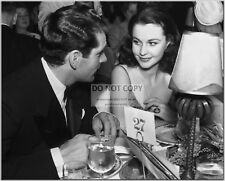 LAURENCE OLIVIER WITH WIFE VIVIEN LEIGH - 8X10 PUBLICITY PHOTO (CC571)
