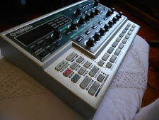 YAMAHA DX 200 SYNTH DRUM MACHINE FM SYNTHESIZER GROOVEBOX SEQUENCER