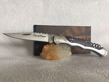 Couteau de poche LAGUIOLE BAROQUE avec son manche en bois bleuté et tir bouchon.