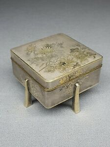 A JAPANESE MEIJI PERIOD MIXED METAL &  SILVER INLAID LIDDED BOX - SIGNED