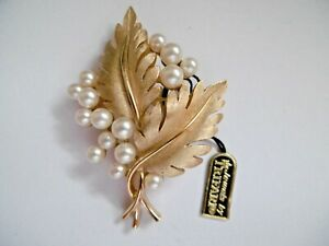LOVELY VINTAGE TRIFARI GOLD TONE & SIMULATED PEARL BROOCH