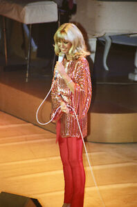 """10""""*8"""" concert photo of Olivia Newton John playing at Manchester in 1978"""